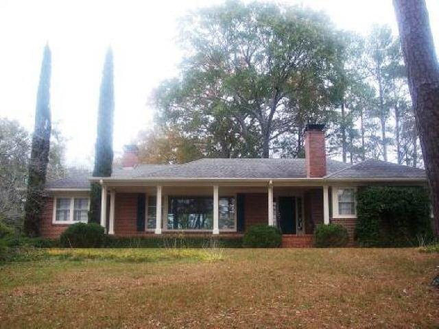 Photo of home for sale at 515 Park Cir, Forsyth GA