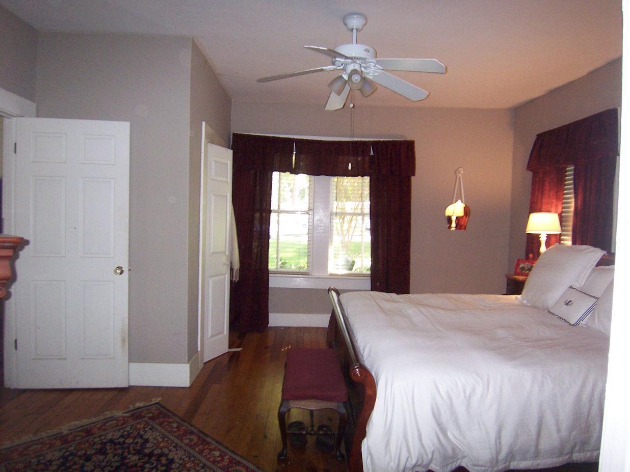 Photo of home for sale at 10 Melford Pl, Avondale Estates GA