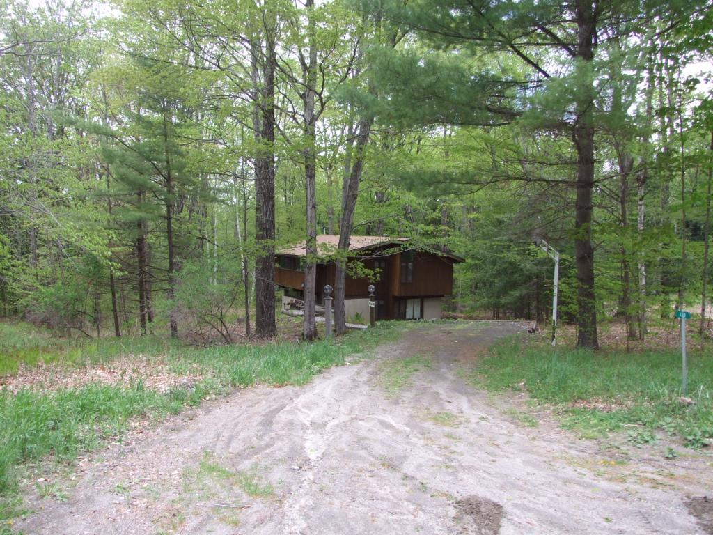 Price Reduced on this nice 4 bedroom, 2 bath Deck house located on a wooded 1.1 acre lot at Ascutney Mountain. Dining/Living room with fireplace opens onto deck. Enjoy the nearby fitness center, mountain bike trails, Maple Kitchen Restaurant & the new Mt Ascutney Outdoors rope tow! Easy access to the Upper Valley.*Subject to right of 1st refusal.