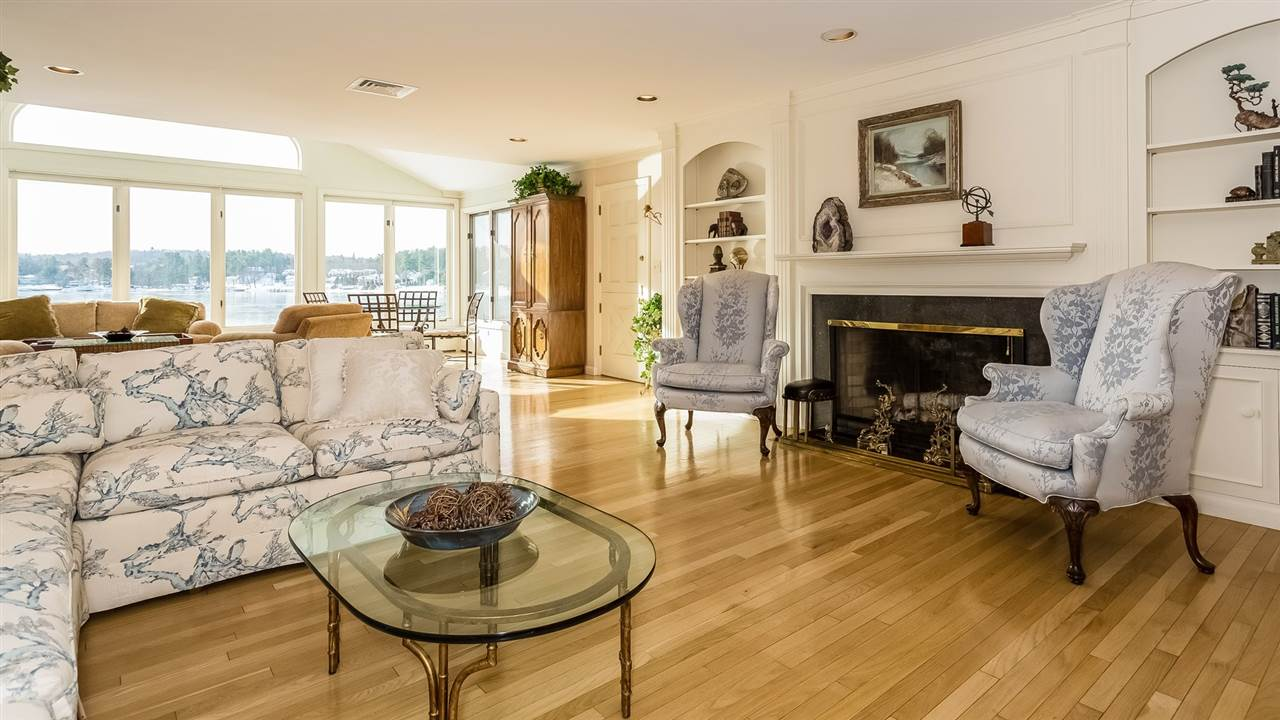 Living Room with Fireplace 9659204