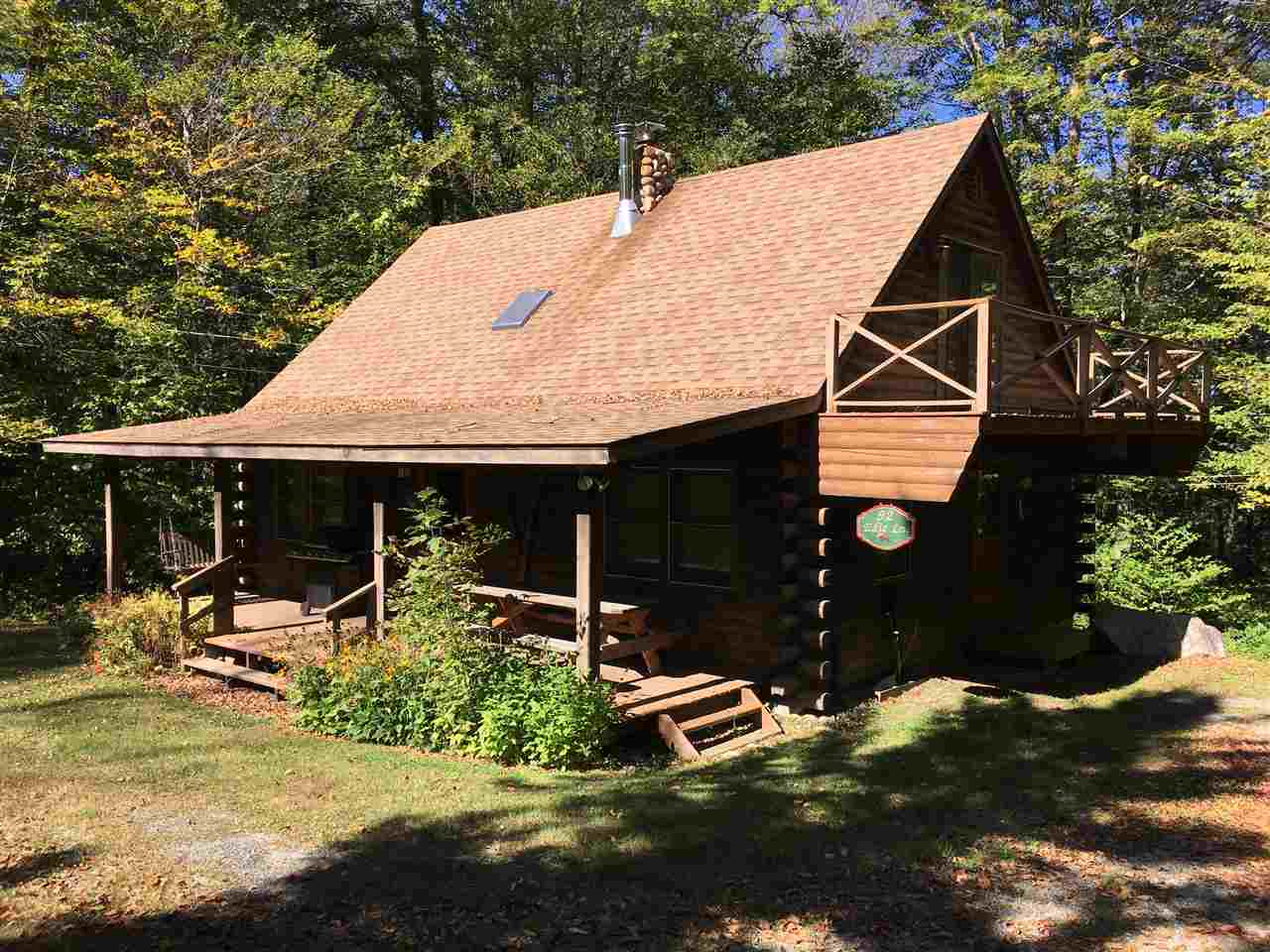 Cozy log cabin located close to Stratton Mountain...