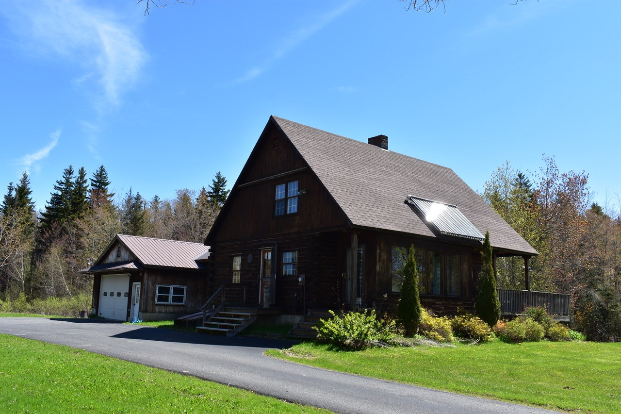 Vermont log home in great location near Lakes...