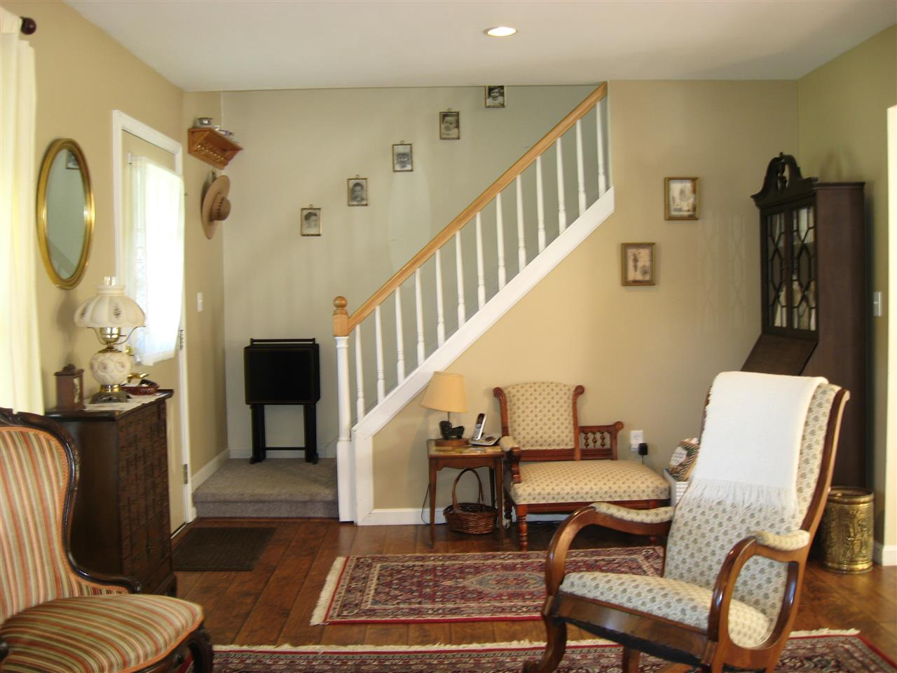 Pretty stairway to 2 bedrooms/bath 11169310