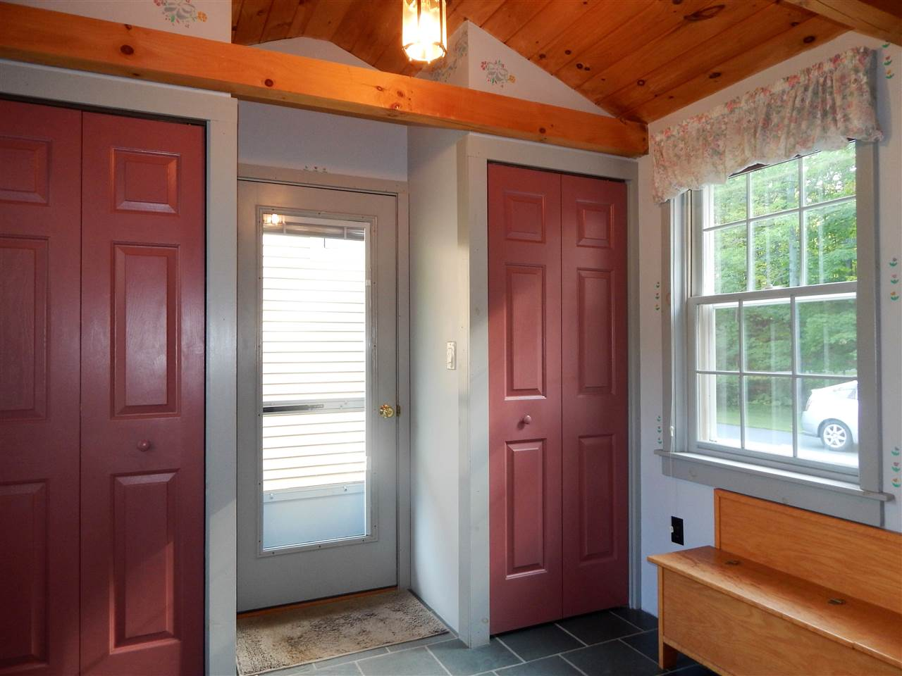 Spacious Mudroom 10994614