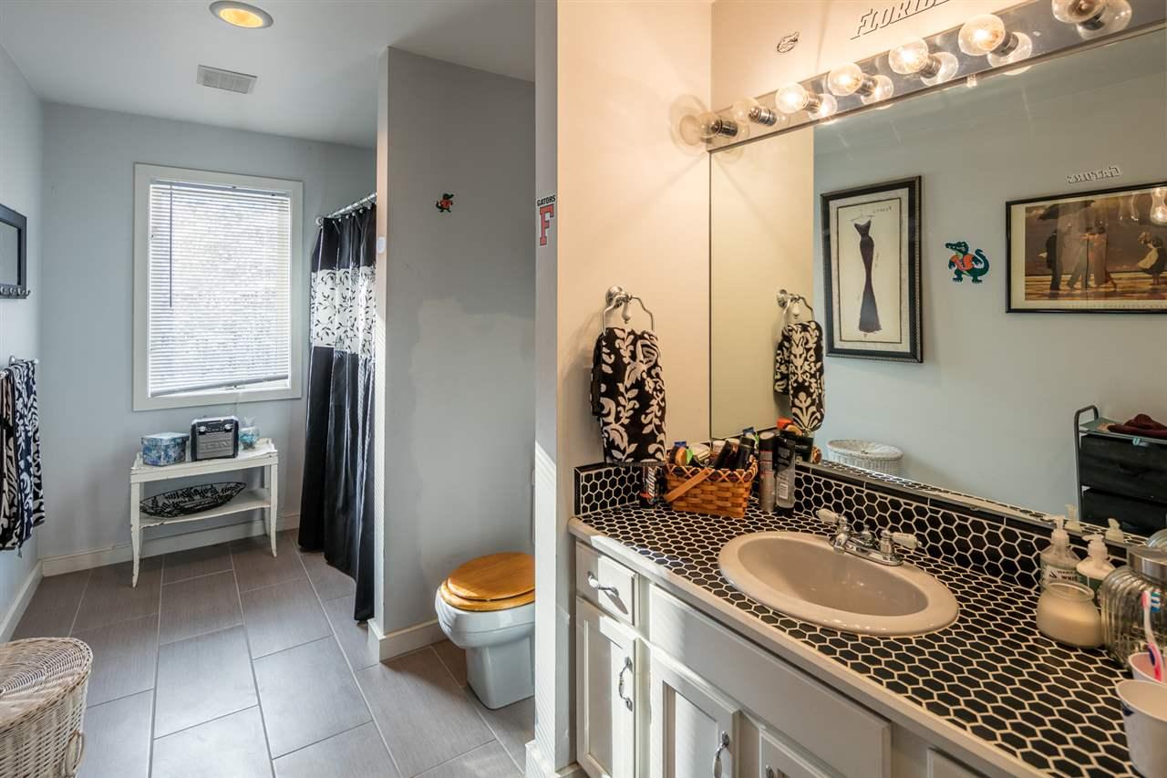 Full Bathroom 11421523