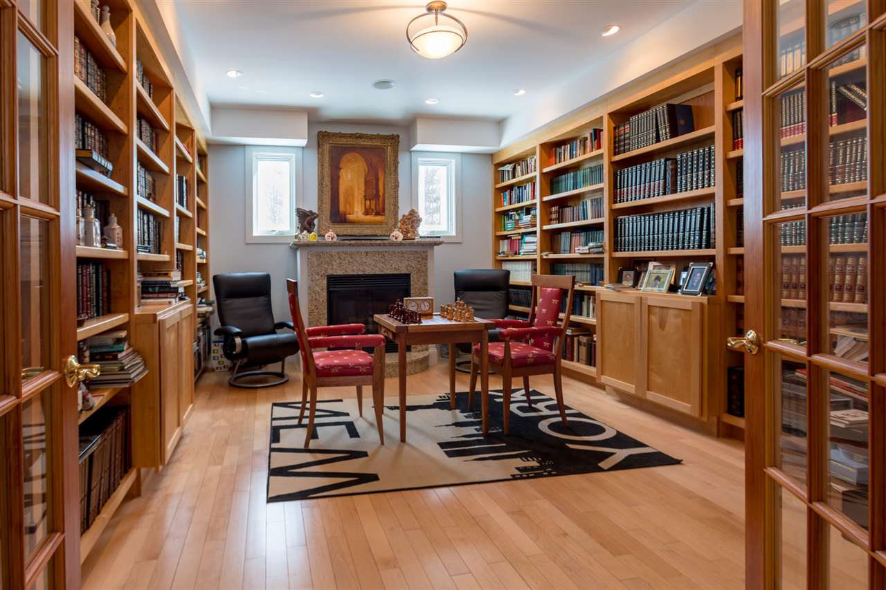 Spectacular library with fireplace 11670833