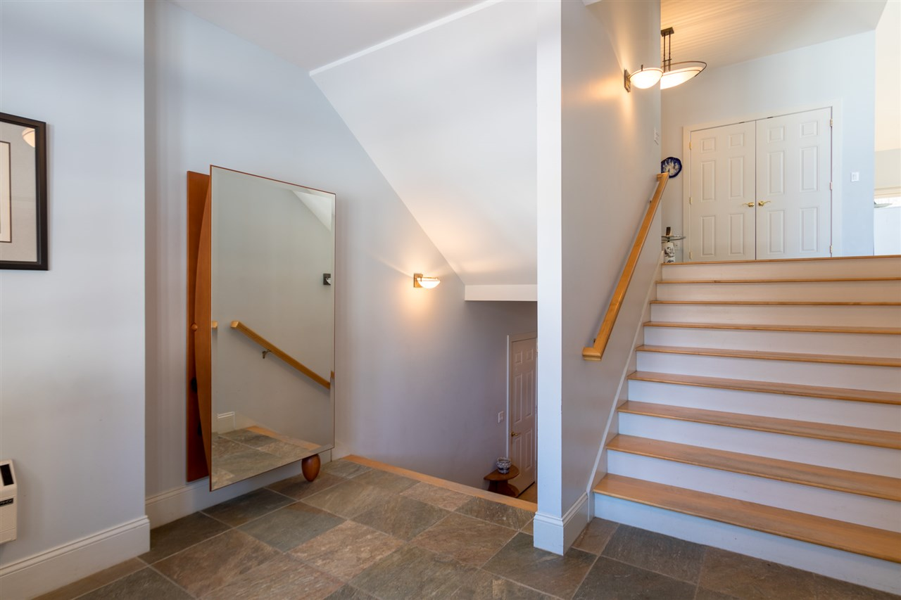 Front entry of home 11670827
