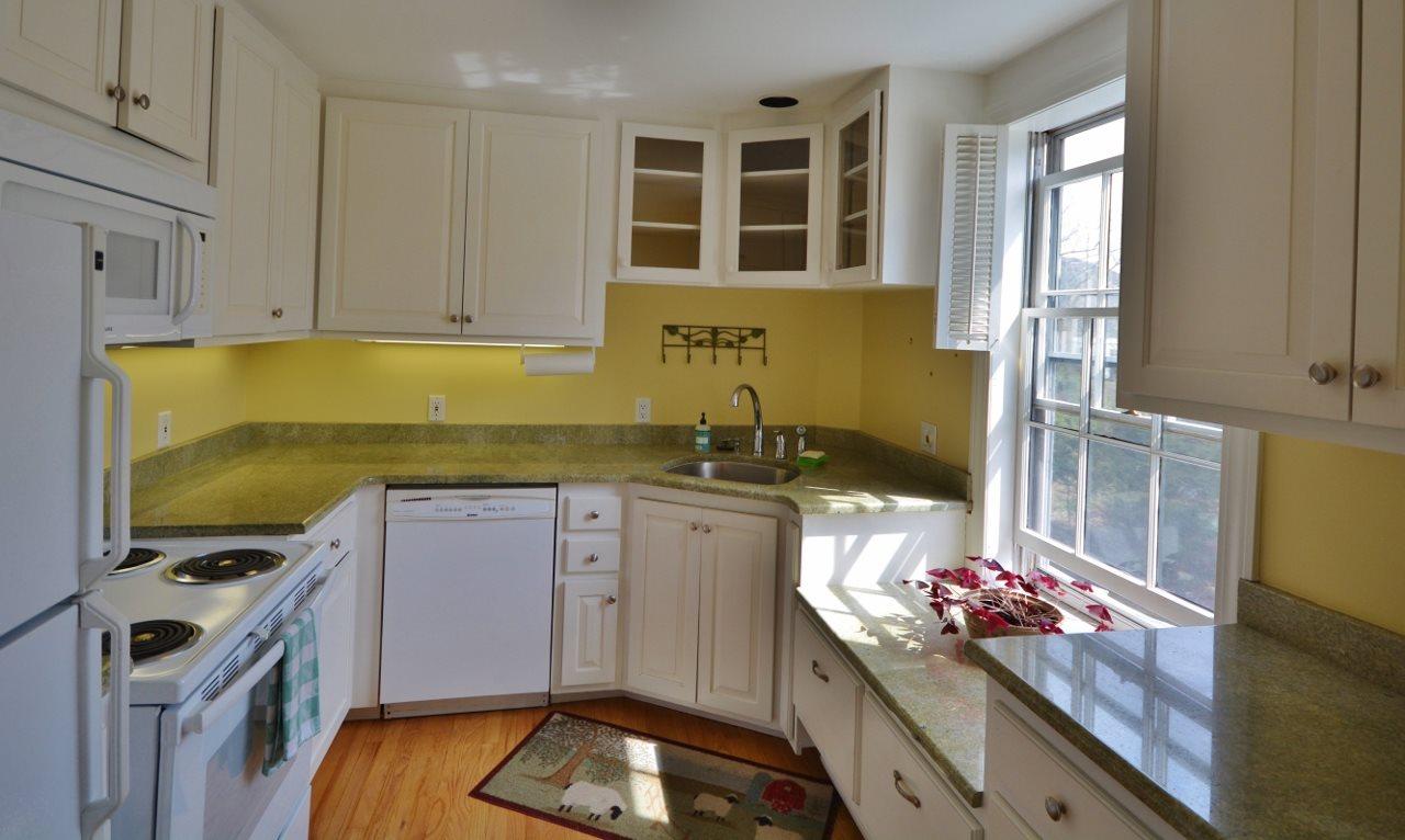 Sunny Kitchen 11807675
