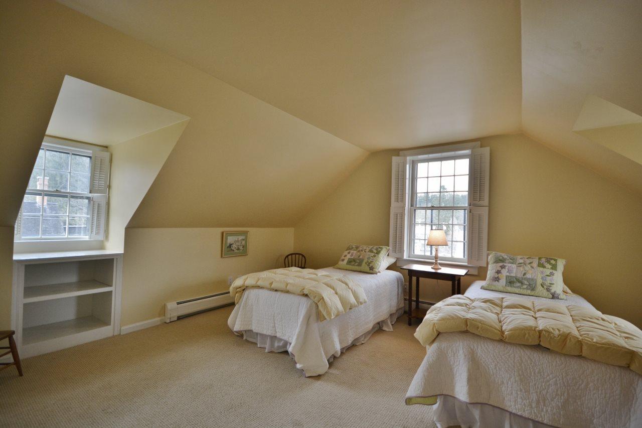 Guest Bedroom 11807689