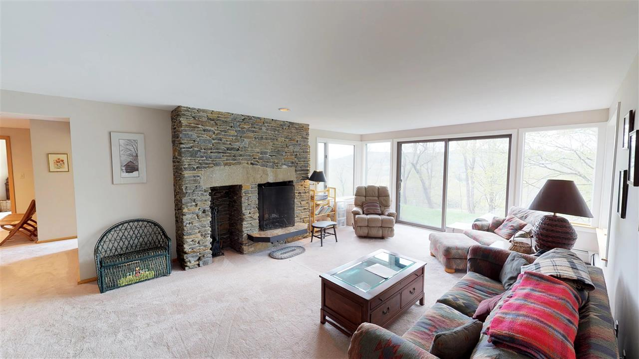 Family room w/ fireplace 11875346