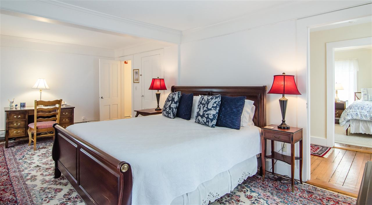 Spacious master bedroom suite 11825656