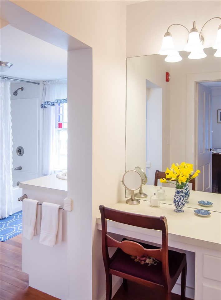 Built-in dressing table between master bedroom and bath 11825655