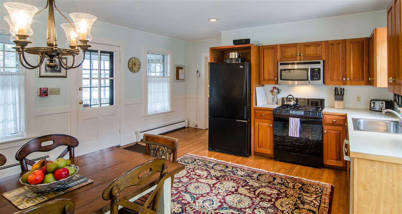 Plenty of room for sharing a meal in this kitchen 11825664