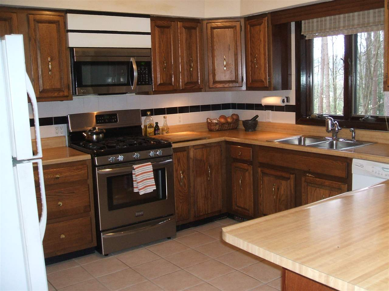 Lovely Functional Kitchen 11818510