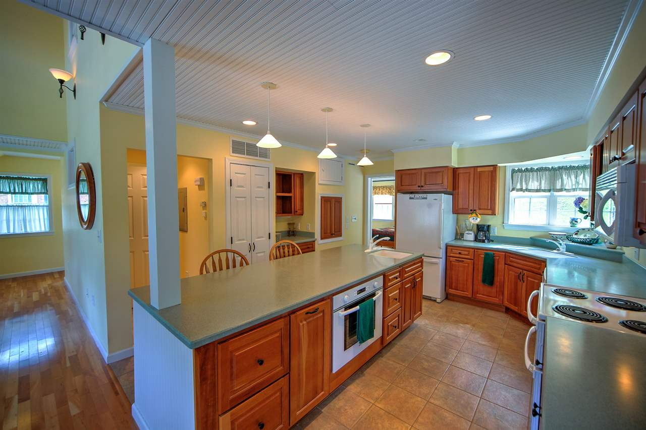 Great kitchen for entertaining. 12149011
