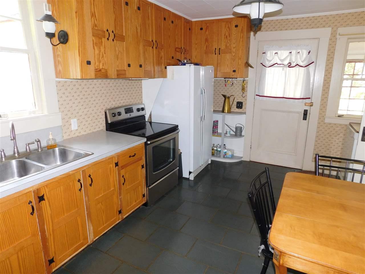 Spacious, Kitchen (13 x 16!) Modern appliances. 12114305