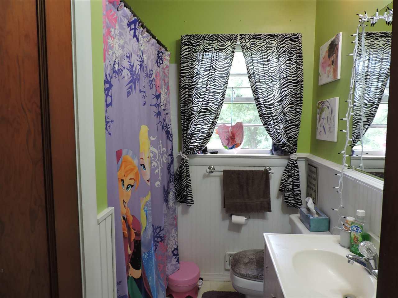 Full bath between 2 bedrooms 12252383