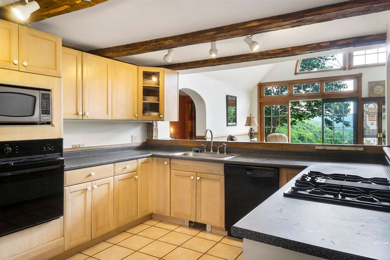 Kitchen w. gas cooktop and wall oven