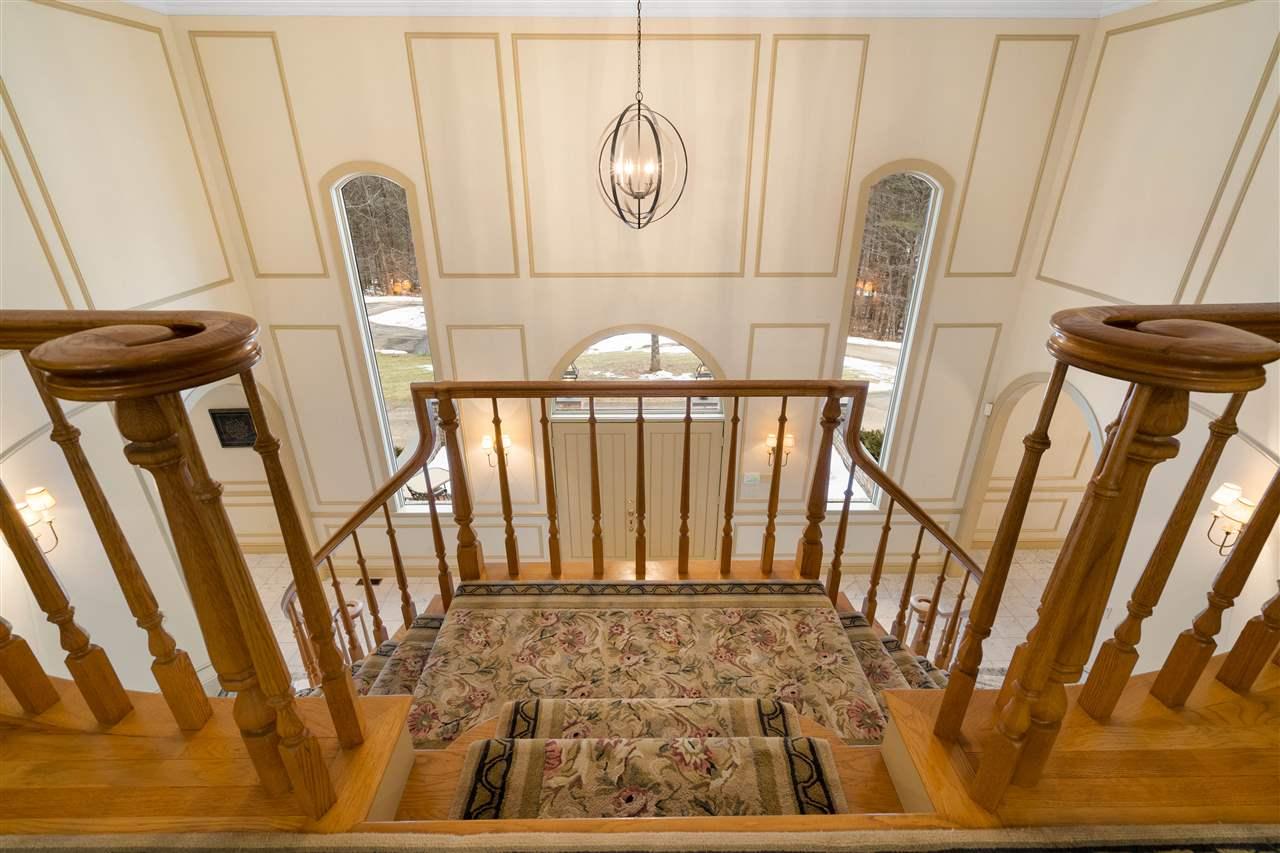 Open & Bright Foyer! 14837645