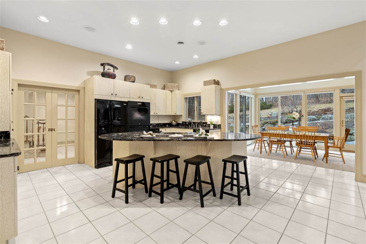 Enjoy cooking meals in this bright kitchen! 14837661